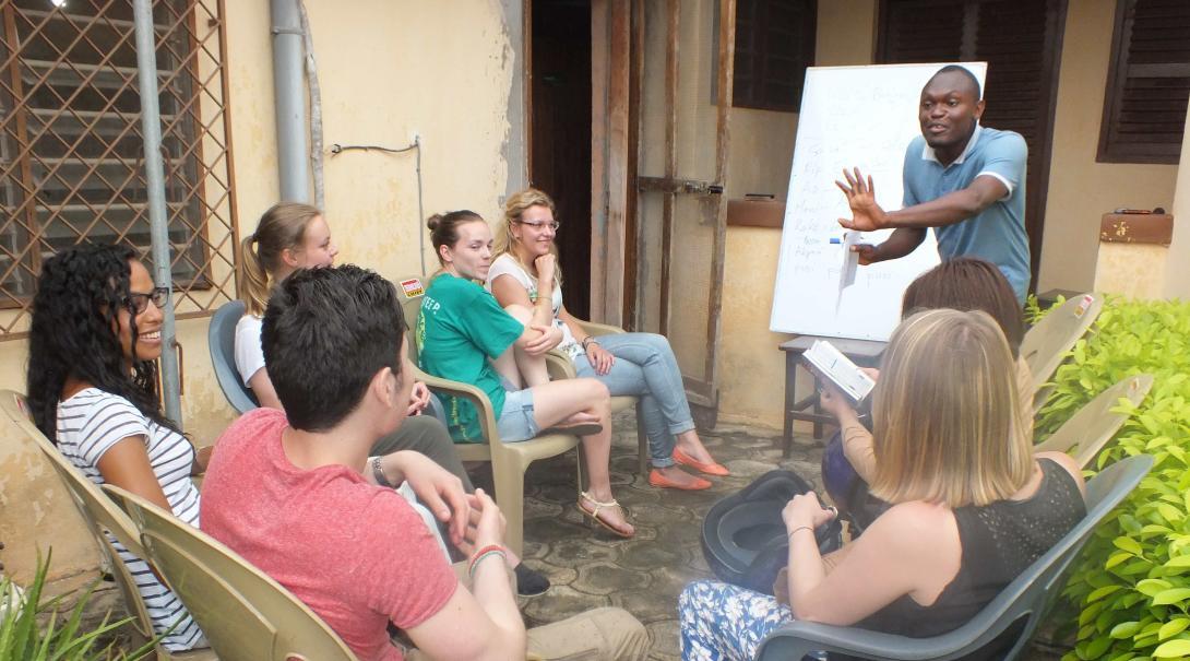 Como parte de sus actividades para hacer en su año sabático, estudiantes aprenden otro idioma.